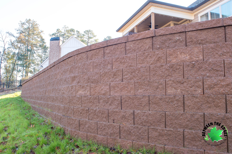 Retaining-Wall-Close-up-Evans-GA-backyard-Between-the-Edges